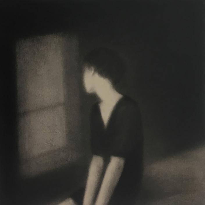 A la fenêtre - 30 x 30 cm - Fusain sur papier marouflé sur bois