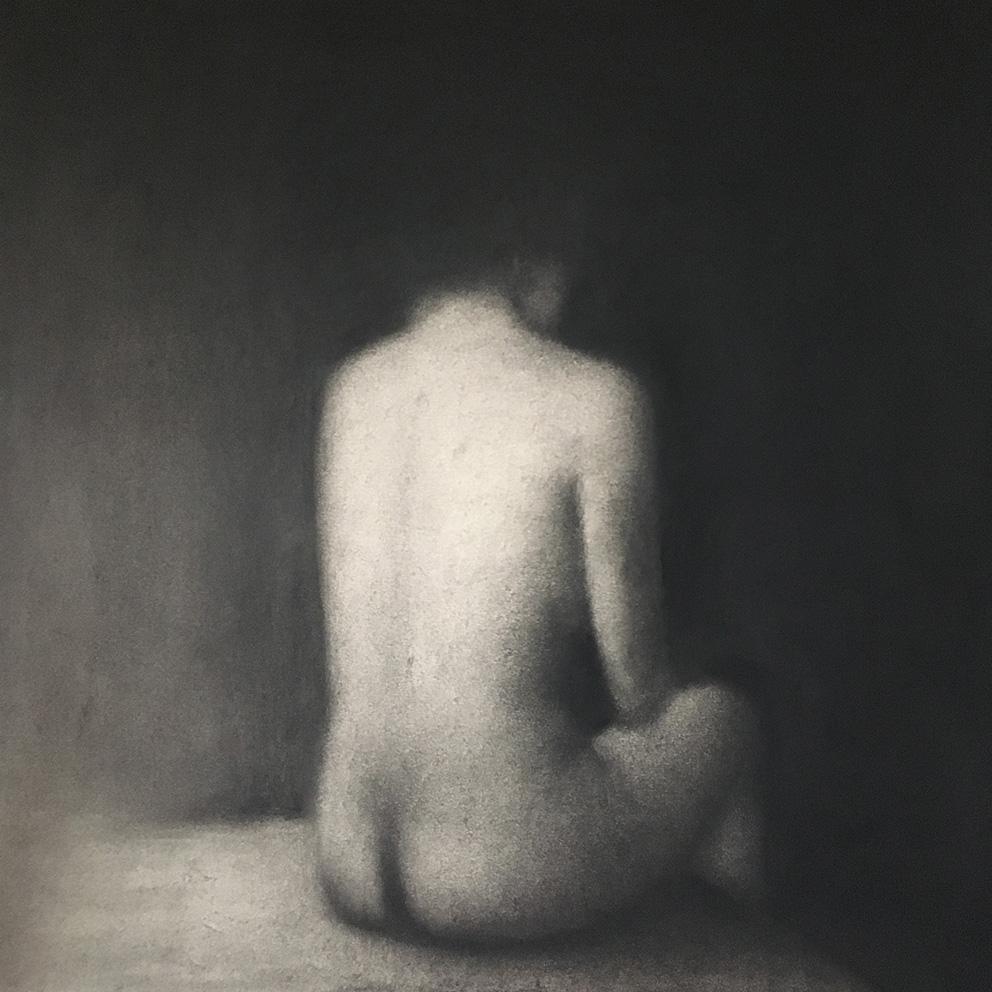 Marina Ho - Femme assise 2 - 50 x 50 cm - Fusain sur papier marouflé sur bois