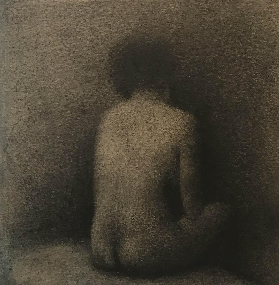 Femme assise 2 - 15 x 15 cm - fusain sur papier marouflé sur bois
