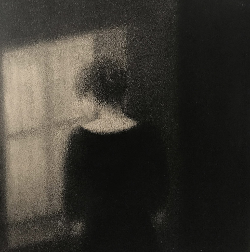 Marina Ho - Figure à la fenêtre - 30 x 30 cm - Fusain sur papier marouflé sur bois - 2020