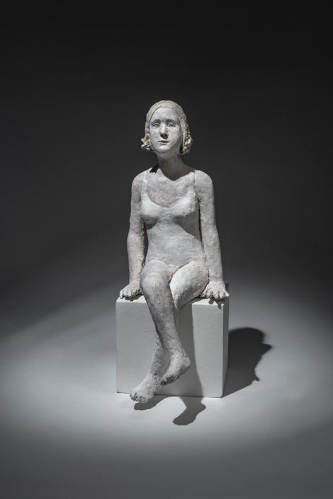 Agnès Baillon - Les jambes croisées - H 33 cm - Papier mâché